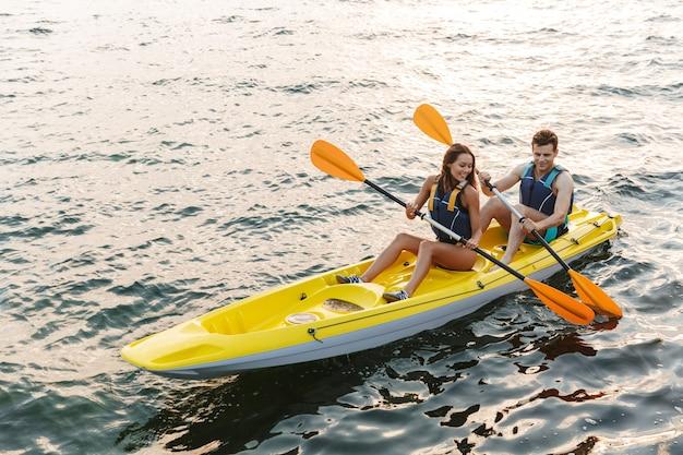 ボートで湖の海でカヤックを愛するカップル