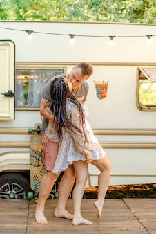 トレーラーの近くにキスを愛するカップル