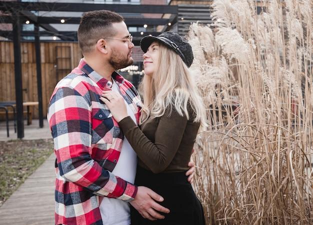 야외 키스 사랑하는 커플. 멋쟁이의 귀여운 커플 봄 공원에서 걷고있다.