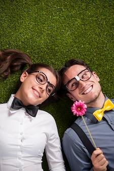 Влюбленная пара, лежа на траве