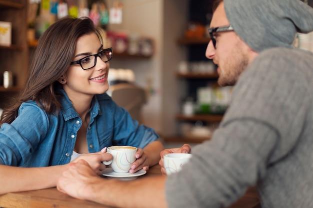 カフェでデートの愛するカップル