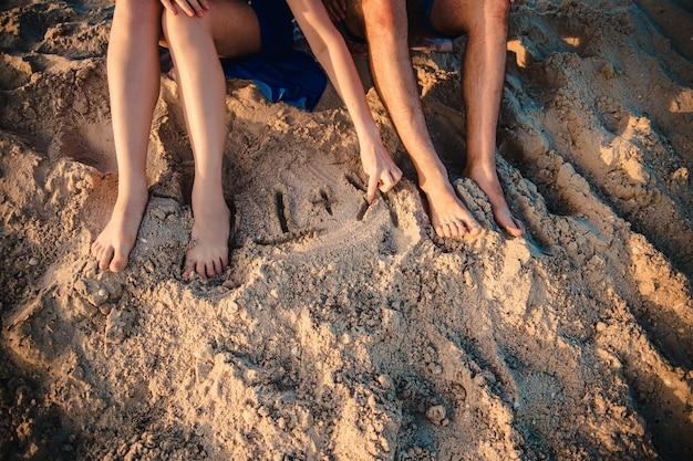 Влюбленная пара на берегу моря на закате Premium Фотографии