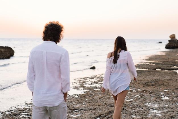 Влюбленная пара на берегу моря. счастливы вместе. с днем святого валентина.