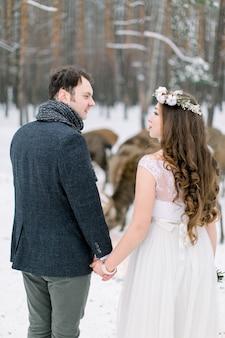 Влюбленная пара в день прополки со стадом оленей