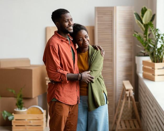 집 재 장식에 계획하는 사랑하는 부부