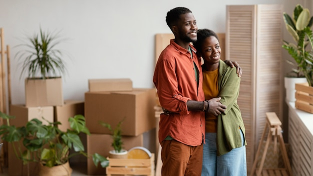 Coppia di innamorati che pianificano di ridipingere la casa