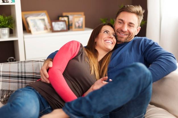 Coppia di innamorati rilassante sul divano