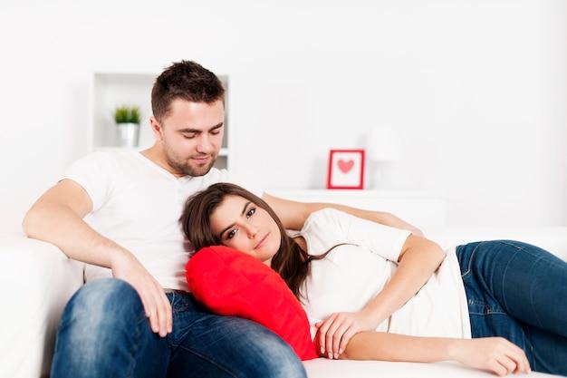 ソファで休んでいる愛情のあるカップル