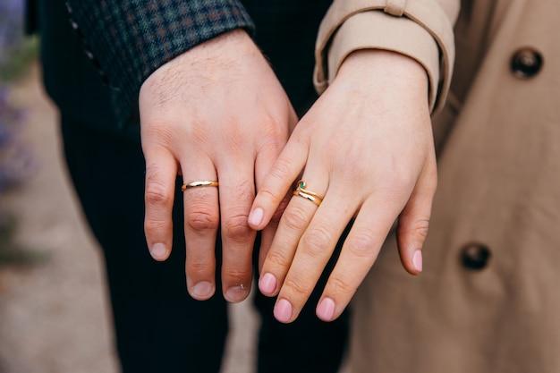 彼らの結婚指輪を示す愛するカップル