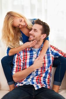 家で一緒に自由な時間を過ごす愛するカップル
