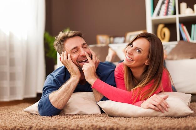 Coppia di innamorati trascorrere del tempo divertente insieme sul tappeto