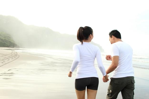 ビーチでお互いに充実した時間を過ごす愛情のあるカップル
