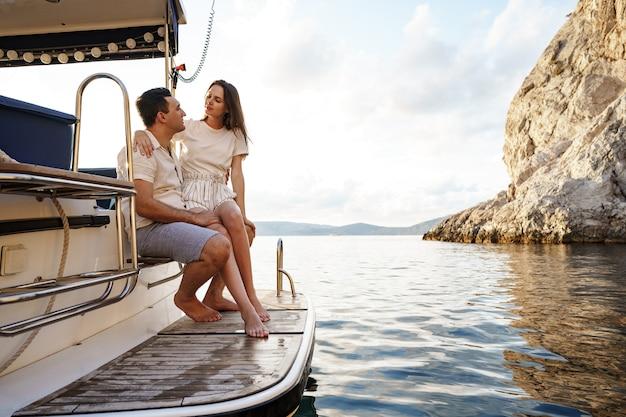 바다에서 요트에서 시간을 보내는 사랑하는 부부