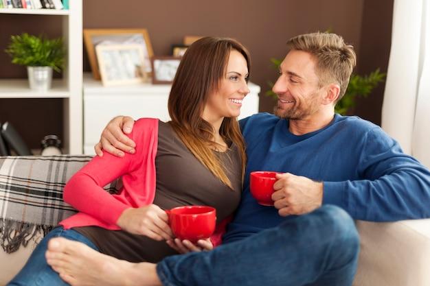 家で一緒に時間を過ごす愛するカップル