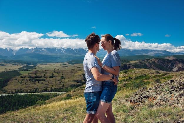 Влюбленная пара вместе на горе