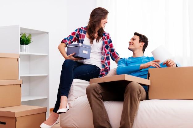 彼らの新しい家で開梱する愛情のあるカップル
