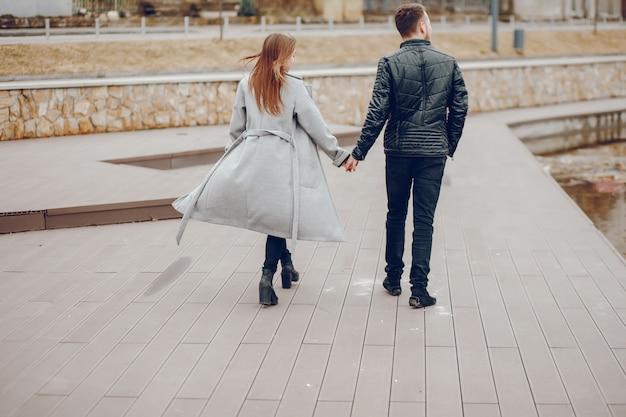 Coppie amorose che camminano intorno al parco.