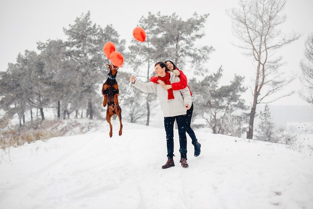 冬の公園を歩いて愛するカップル 無料写真