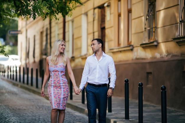 街を歩いている愛情のあるカップル。リヴィウ。