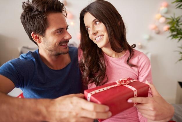 Влюбленная пара с рождественским подарком