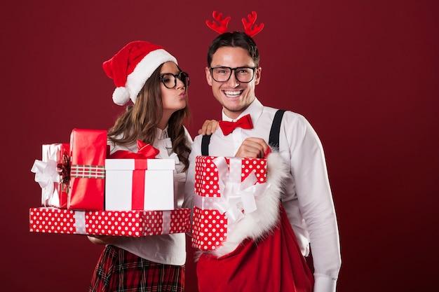Coppia di innamorati con molti regali di natale