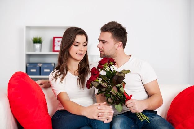 赤いバラと愛情のあるカップル