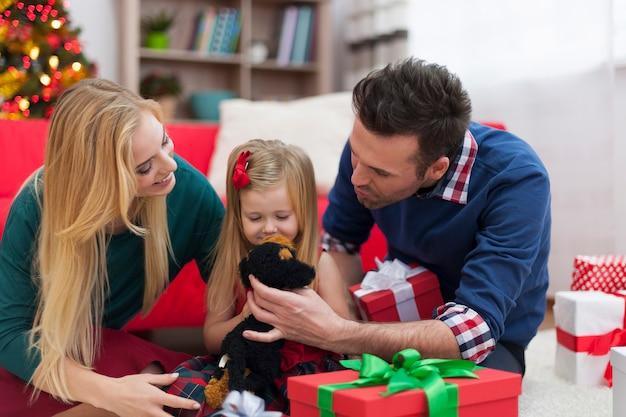 Любящая семья, играющая вместе в рождество