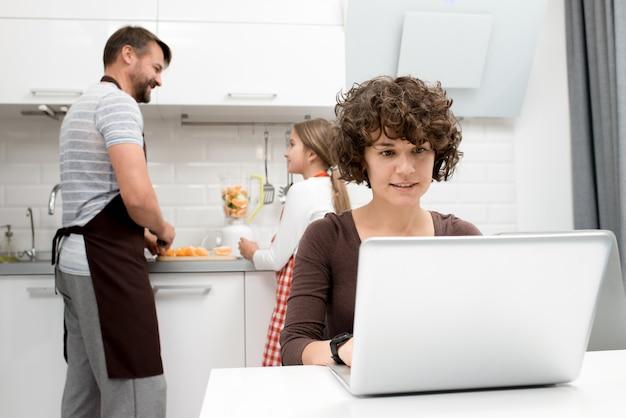 キッチンで朝を過ごす家族を愛する