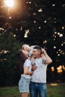公園で赤ちゃんの息子と愛する家族。