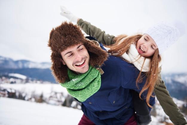 Padre amorevole che trasportano figlia sulle spalle