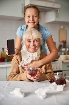 부엌에서 할머니를 껴안고 사랑하는 손녀