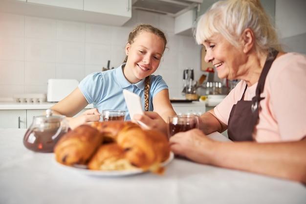 소중한 할머니와 사교하는 사랑하는 손녀