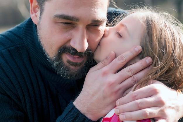 그녀의 행복 한 아버지 야외 수용 어린 소녀 사랑. 프리미엄 사진