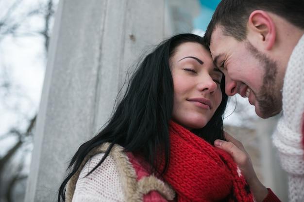 «любящий мужчина и девушка в теплых свитерах»