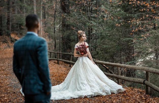 結婚の日に愛する男女。