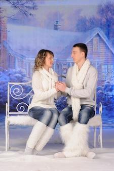 Любящие мужчина и женщина вместе празднуют рождество