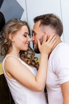 Любящие мужчина и женщина пьют кофе, наслаждаясь приятной утренней готовкой вместе, здоровой едой и образом жизни