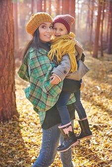 Любящая мама и дочь проводят день вместе