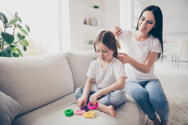 愛情深いママは、屋内のアパートで彼女の小さな子供の娘を散髪させます