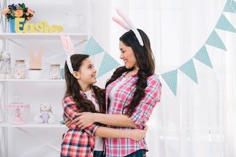 Любящая мать и дочь, охватывающей на празднование Пасхи