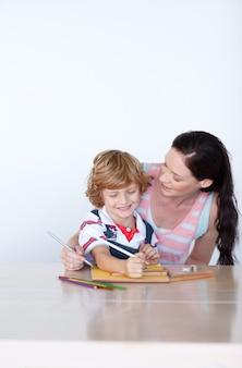 愛する母親が息子の助けを借りて絵を描く