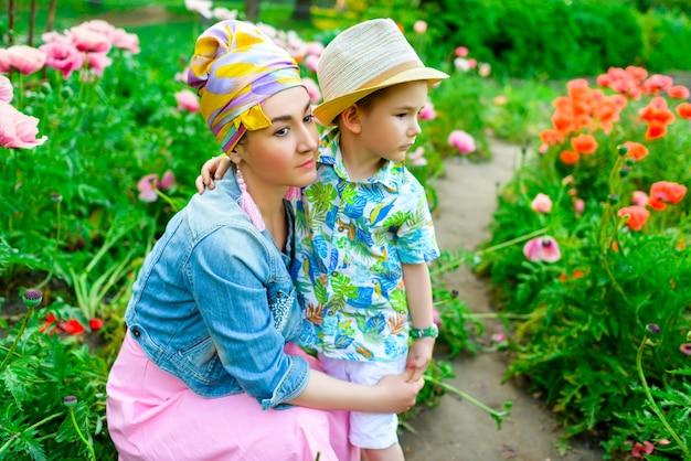 公園で若い息子を抱いて愛情深い母親