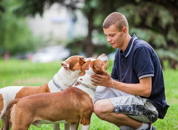 Любящий владелец ласки очаровательные собаки