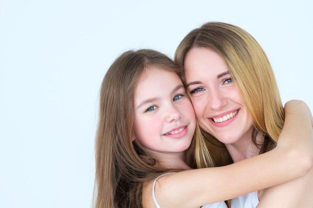 사랑하는 부모와 자식 관계. 엄마와 딸 포옹