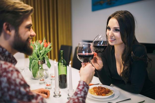 夕食時にワインを楽しむ人たち