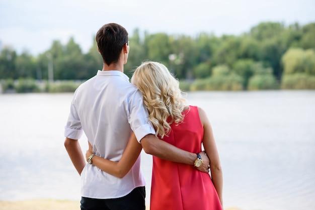 Любящая красивая пара обниматься на открытом воздухе.