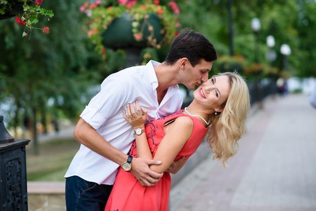 Любить красивую пару обниматься на открытом воздухе.