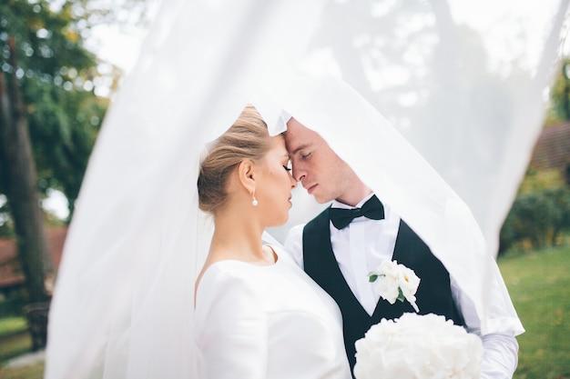 Влюбленная свадебная пара в парке