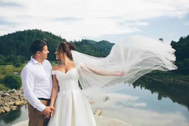 愛する結婚式のカップル、男性と女性