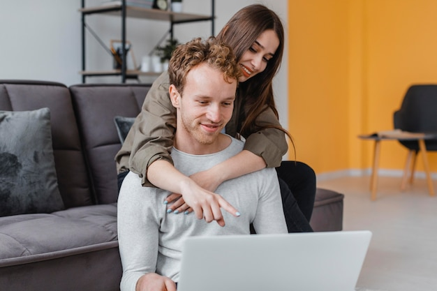Donna e uomo amorevoli che fanno progetti per rinnovare insieme la famiglia